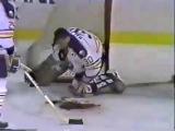 Хоккей, коньком по горлу 23-я секунда ролика.